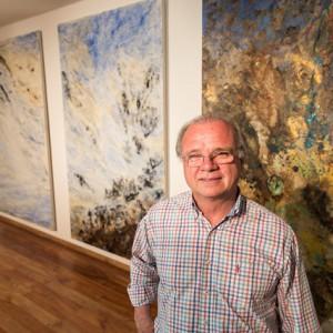 Carlos Gómez Centurión junto a sus obras