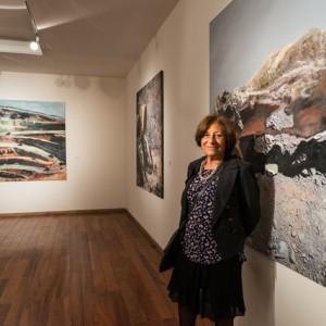 Diana Dowek junto a sus obras